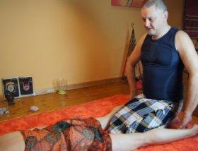 frau übers knie legen nuru massage öl
